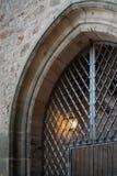 有铁格子的中世纪门户和曲拱成拱形建筑学 免版税图库摄影