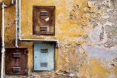 有铁管子和门的老水泥墙壁 库存图片