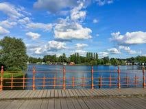 有铁篱芭的木桥在风景 免版税库存图片