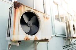 有铁锈的老空气压缩机 免版税库存照片