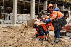 有铁锹的建筑工人 免版税库存图片