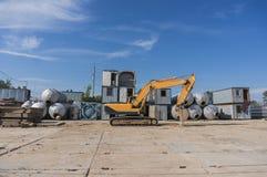 有铁锹的重的挖掘机 库存图片