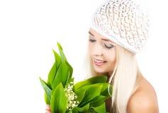有铃兰花束的白肤金发的女孩 免版税库存图片