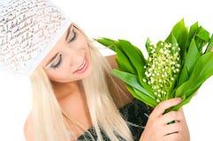 有铃兰花束的白肤金发的女孩 库存照片