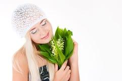 有铃兰花束的白肤金发的女孩 免版税库存照片