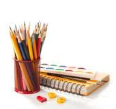 有铅笔、油漆和刷子的学校设备在白色 回到概念学校 免版税库存图片