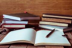 有铅笔和书的空白的笔记本在木桌上 葡萄酒口气 免版税图库摄影