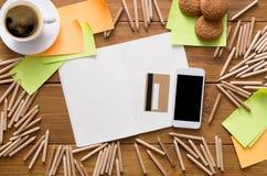有铅笔和写生簿的设计师工作场所 免版税库存图片
