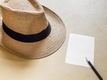 有铅笔和纸笔记的草帽 免版税库存照片