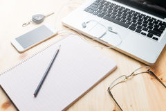 有铅笔和膝上型计算机的空白的笔记本 免版税库存图片