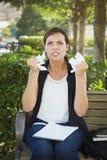 有铅笔和被弄皱的纸的恼怒的少妇在手上 免版税库存照片