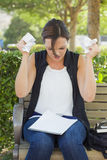 有铅笔和被弄皱的纸的生气少妇在手上 免版税图库摄影