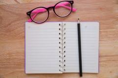有铅笔和镜片的空白的笔记本 免版税库存图片