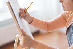 有铅笔图图片的艺术家在艺术演播室 库存图片