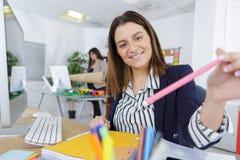 有铅笔的办公室妇女在手中 免版税图库摄影