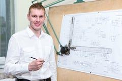 有铅笔的英俊的工程学工作者在工作场所 库存照片