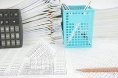 有铅笔的议院有垂直的计算器和蓝色笔篮子 库存照片
