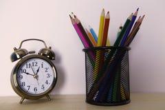 有铅笔的闹钟 免版税库存照片