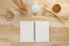 有铅笔的,杯子,玻璃瓶笔记本和倒空量杯, wo 免版税库存图片