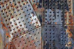 有铆钉的生锈的钢板 免版税库存照片
