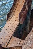 有铆钉的老生锈的桥梁 免版税图库摄影