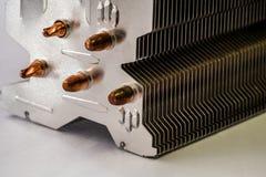 有铜热导管特写镜头的铝幅射器与美好的bokeh 免版税图库摄影