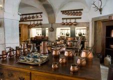 有铜罐的老乡村模式的厨房 免版税库存照片