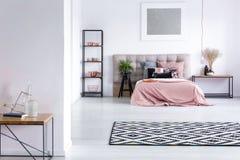 有铜装饰的时髦的卧室 图库摄影