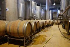 有铝坦克和葡萄酒桶的现代酿酒厂 库存图片