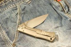 有铝把柄的折叠的刀子 刀子在一个弯曲的位置 免版税库存图片