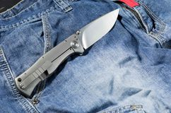 有铝把柄的折叠的刀子 在展开的位置的刀子 后部 免版税库存照片