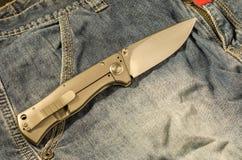 有铝把柄的折叠的刀子 在展开的位置的刀子 库存照片