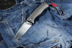 有铝把柄的折叠的刀子 在展开的位置的刀子 Fron边 免版税图库摄影
