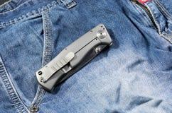 有铝把柄的折叠的刀子以被折叠的形式 后部 库存图片