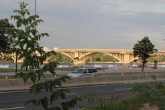 有铝路轨间距的新的具体板梁桥在一条大河在背景中 在前景立场 免版税库存照片