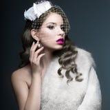 有银卷毛和面纱的典雅的美丽的女孩 冬天图象 秀丽表面 免版税图库摄影