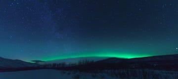 有银河和北极光极光的全景 免版税库存图片