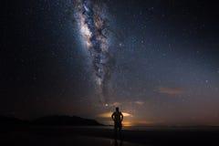 有银河的一个人 免版税库存图片