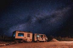有银河的一辆老卡车在被浪费的疆土在小镇的郊区 库存图片