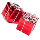 有银色丝带弓的红色礼物盒,隔绝在白色 免版税库存照片