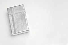 有银色丝带的小银制取菜餐具箱子冠上 免版税库存照片