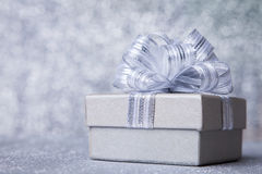 有银色丝带的银色礼物盒 免版税库存图片