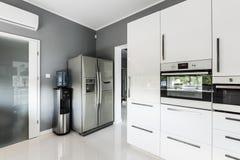 有银色冰箱的时髦的开放学制厨房 免版税图库摄影
