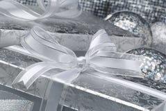 有银色弓的银色箱子 免版税库存图片