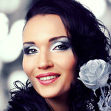 有银色构成和黑发的美丽的妇女 免版税库存图片