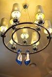 有银色枝形吊灯的妇女的蓝色鞋子 库存照片