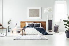 有银色绘画的宽敞卧室 图库摄影