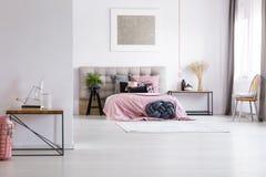 有银色绘画的宽敞卧室 库存照片