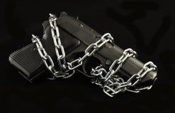 有银色链子的黑手枪 免版税库存照片