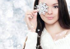 有银色雪花的美丽的少妇 免版税库存照片